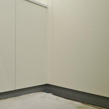バルコニーはちょっぴり狭め。※写真は別室です。