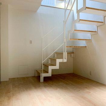 【下階】階段を降りて下の階へ。ベッドルームですね。