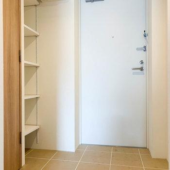 【上階】玄関はフラットな作り。