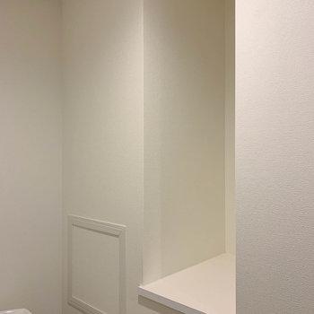 【上階】トイレ内にはちょっとした収納スペースがあります。