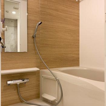【下階】浴室乾燥や暖房、追い炊き付きのお風呂です。