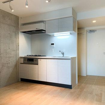 【上階】コンクリの壁を挟んで、玄関近くにキッチンがあります。