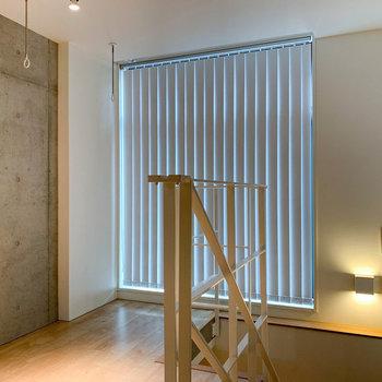 【上階】ブラインドを閉めると、雰囲気が変わりますね。