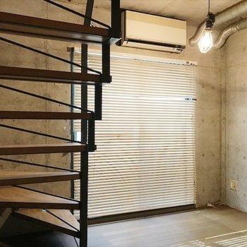 階段下にソファをおくと 広く暮らせそうです◎