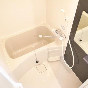 コンパクトな浴室。浴室乾燥機があります。
