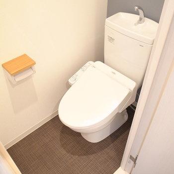 落ち着いたカラーのトイレ。木のポイントでナチュラルな空間に♪