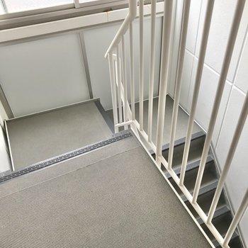この階段をのぼって4階まで。いい運動になるけど、駅が近いのでお出かけラクラク♩