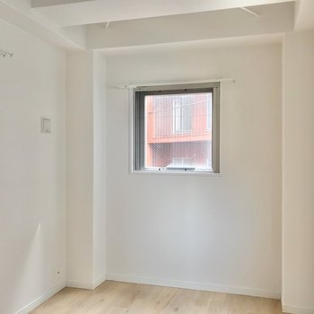 リビングの突き当りには、三面採光の3.8帖の洋室!大きなベッドがすっぽり入ります。