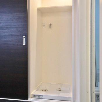 洗濯機置場は、入口の裏に隠れています!