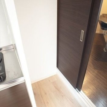 コンロ横のスペースには、棚を置くのがよさそう。コンセントもあります!