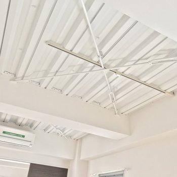 鉄骨が組まれた天井には、ライティングレール。ドライフラワーを吊り下げたい♩