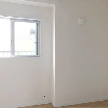 この小窓の先は、室外機置場。