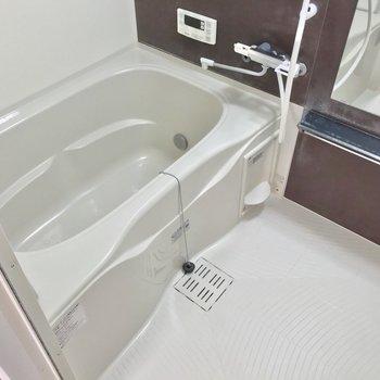 お風呂には浴室乾燥機付き!隙間が少なくてお手入れも簡単です。