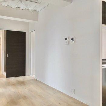 リビングの奥の方にキッチン。冷蔵庫はモニターホンの近くに置きたいな。