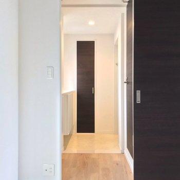 玄関はとっても広い!右側の1段のぼったところにトイレがあります。