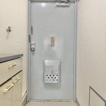 玄関には小さめの靴箱なら置けそう※写真は2階の同間取り別部屋のものです