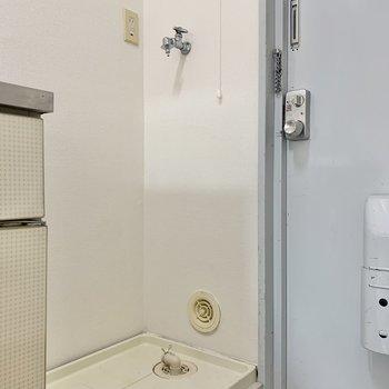 玄関すぐに洗濯機置き場です※写真は2階の同間取り別部屋のものです