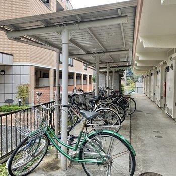 自転車置き場は階段目の前にありました