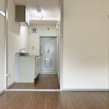振り返って、キッチンへ※写真は2階の同間取り別部屋のものです