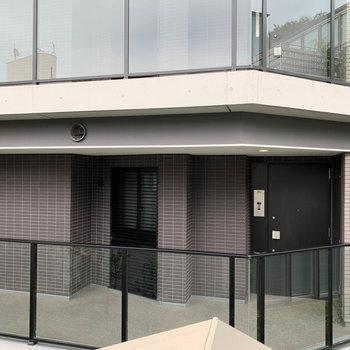 洋室、西向きの窓からの眺望は向かいマンション。