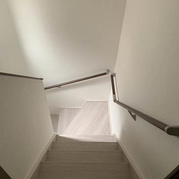 階段を降りて…