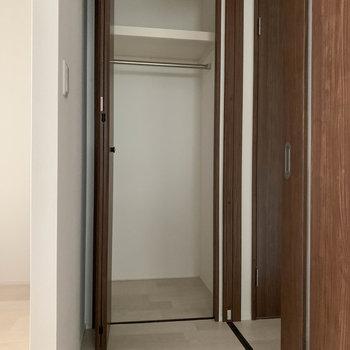 キッチン後ろに収納と、階段へ続く扉