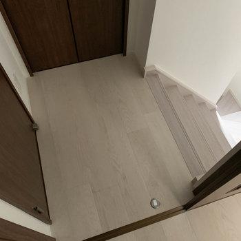 階段登ったところにトイレなどがあります