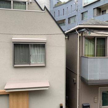 リビング、東向きの窓からの眺望は向かいの住宅。