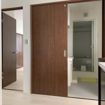 【LDK】キッチンの向かいに、脱衣所ともう一つの洋室があります