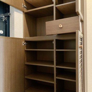 しっかり容量のシューズボックス。隣にスペースがあるので足りなければ追加もできそう!(※写真は4階の同間取り別部屋のものです)