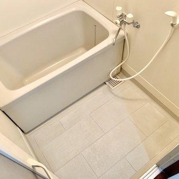 シンプルなバスルーム。(※写真は4階の同間取り別部屋のものです)