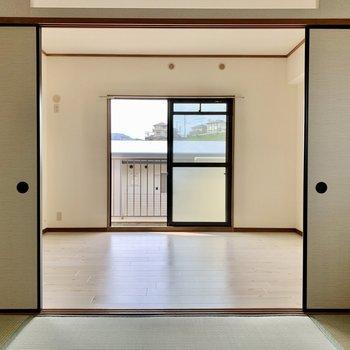 和室と隣の洋室は襖で仕切られています。エアコン設置可能です。(※写真は4階の同間取り別部屋のものです)
