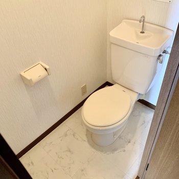 コンセントがあるのでウォシュレットをつけることは可能です。(※写真は4階の同間取り別部屋のものです)