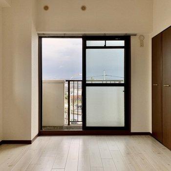 玄関側の洋室。エアコン設置可能・テレビ置けます◎(※写真は4階の同間取り別部屋のものです)
