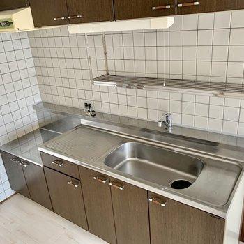 食器を洗ったらそのまま上に置けますね。(※写真は4階の同間取り別部屋のものです)