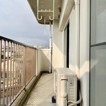 物干し竿は高い位置に掛けるタイプ。(※写真は4階の同間取り別部屋のものです)