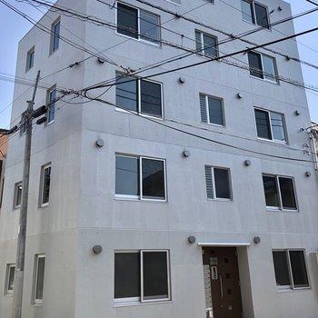 コンクリートのシンプルな外観です。