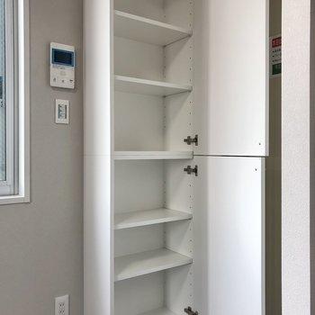 玄関横に高さを調節できる棚。