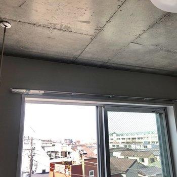 窓際には室内干し用器具があります。