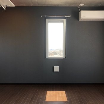 小窓からの採光デザインが、モダンな雰囲気。