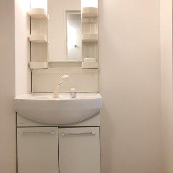 洗面台のとなりに棚を用意すれば、タオルの定位置に。