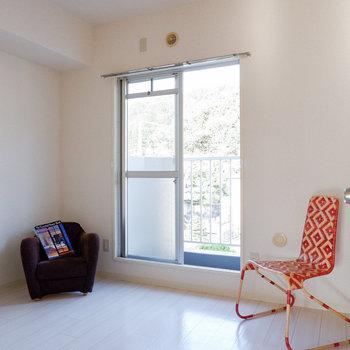 【洋室4.6帖】玄関横は書斎利用や子ども部屋などに。※写真は3階の同間取り別部屋のものです