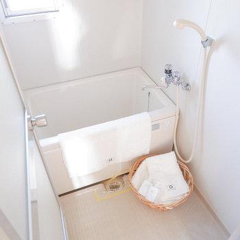 お風呂は少し小さめかな。※写真は3階の同間取り別部屋のものです