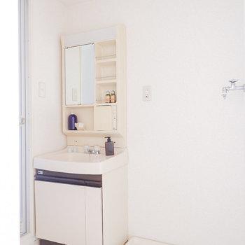 化粧品などが置きやすい洗面台。隣に洗濯機。※写真は3階の同間取り別部屋のものです