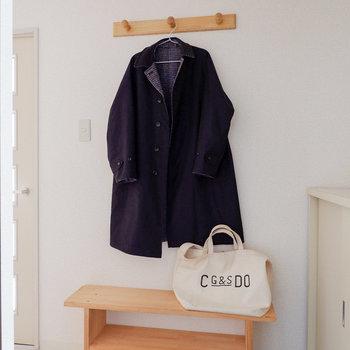 使いやすい上着を掛けておくのも◎※写真は3階の同間取り別部屋のものです