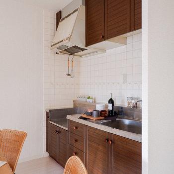 ブラウンが基調のキッチン。※写真は3階の同間取り別部屋のものです