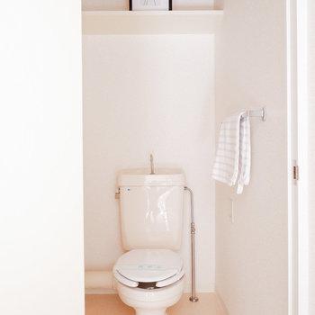 玄関横にトイレが独立。※写真は3階の同間取り別部屋のものです