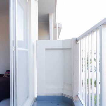 洋室4.6帖側のバルコニーはコンパクト。※写真は3階の同間取り別部屋のものです