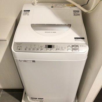 キッチン横には洗濯機も。