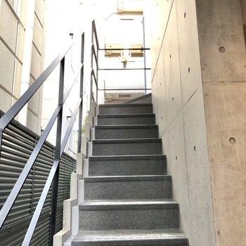お次はプライベートルームを見てみましょう。階段も綺麗!